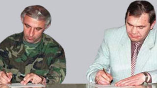 Aslan Maskhadov (for Chechnya) and Alexander Lebed (for Russia) signing the cease-fire agreement